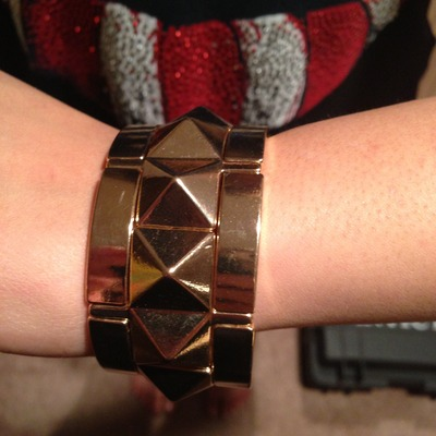 Pyramid stretch bracelet gold tone