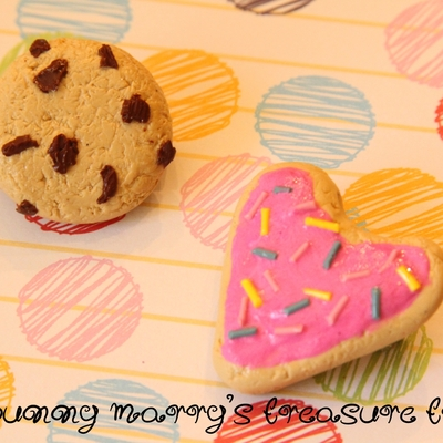 Assorted cookie brooches